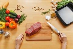 Jeune homme caucasien beau, s'asseyant à la table Style de vie sain Cuisson à la maison Préparez la nourriture image libre de droits