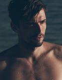 Jeune homme caucasien beau sexy regardant de côté Photo libre de droits