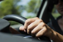 Jeune homme caucasien conduisant une voiture Images libres de droits
