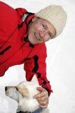 Caresse vers le haut avec un chien de traîneau sibérien photos libres de droits