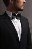 Jeune homme caucasien de cheveux foncés dans le costume Images stock