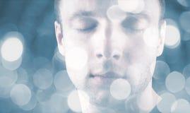 Jeune homme caucasien de sommeil photos stock