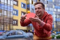 Jeune homme caucasien jouant au ping-pong, ping-pong photo libre de droits