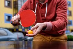 Jeune homme caucasien jouant au ping-pong, ping-pong images stock