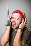Jeune homme chantant dans le microphone Image libre de droits
