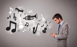 Jeune homme chantant et écoutant la musique Photos libres de droits