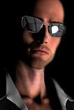 Jeune homme chauve avec des lunettes de soleil illustration libre de droits