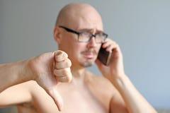 Jeune homme chauve bel en verres noirs parlant au téléphone Verticale de plan rapproché d'un homme Mauvaise nouvelle, tristesse U photos stock