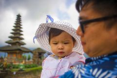 Jeune homme chinois asiatique heureux et fier en tant que père aimant tenant le bébé adorable de fille pendant la visite d'excurs images stock