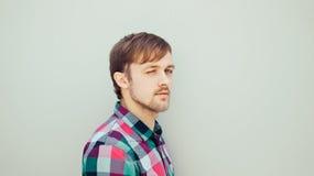 Jeune homme cligné de l'oeil Photographie stock libre de droits