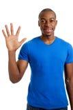 Jeune homme comptant à cinq Photographie stock libre de droits