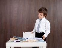 Jeune homme, comptant l'argent et prenant des notes Photos stock