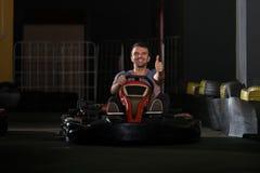 Jeune homme conduisant la course de Karting de kart photos stock