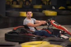 Jeune homme conduisant la course de Karting de kart image libre de droits