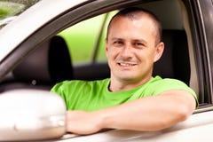 Jeune homme conduisant le véhicule neuf Images stock