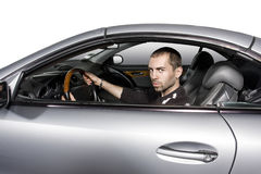 Jeune homme conduisant son véhicule neuf photo stock