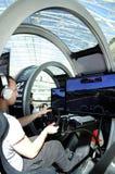 Jeune homme conduisant un simulateur moderne - PlayStation Photos stock