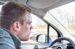 Jeune homme conduisant un véhicule Photo stock
