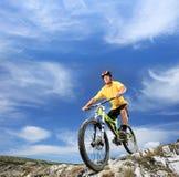 Jeune homme conduisant un vélo de montagne extérieur Photos libres de droits