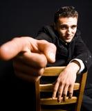 Jeune homme confiant bel avec l'indication par les doigts Images libres de droits
