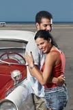 Jeune homme contactant la belle femme et étreindre Images stock