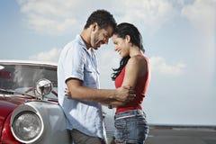 Jeune homme contactant la belle femme et étreindre Photo libre de droits