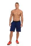 Jeune homme convenable dans la pose bleue de shorts Photo libre de droits