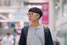 Jeune homme coréen sur l'aéroport d'Incheon, Séoul, Corée du Sud Photos stock