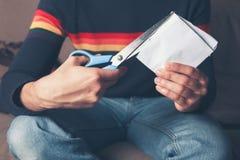 Jeune homme coupant le papier Image stock