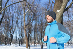 Jeune homme courant en hiver Photographie stock