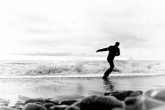 Jeune homme courant le long du bord de la mer Photo stock