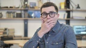 Jeune homme créatif choqué réagissant pour déranger des nouvelles banque de vidéos
