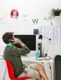 Jeune homme créatif de concepteur au téléphone fonctionnant au bureau. image stock