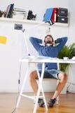 Jeune homme créatif de concepteur détendant à l'espace de travail. Photographie stock