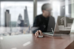 Jeune homme créatif de concepteur travaillant au bureau avec l'ordinateur Photo libre de droits
