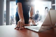 Jeune homme créatif de concepteur travaillant au bureau avec l'ordinateur Image stock