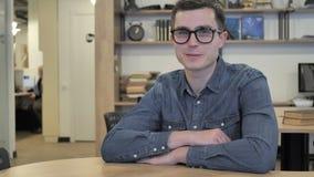 Jeune homme créatif en verres acceptant en secouant la tête, oui banque de vidéos