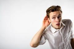 Jeune homme curieux dans le blanc photos stock