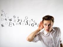 Jeune homme curieux dans le blanc Homme et lettres curieux blanc de vue de côté d'ordinateur portatif de l'information de concept photographie stock