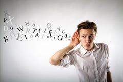 Jeune homme curieux dans le blanc Homme et lettres curieux blanc de vue de côté d'ordinateur portatif de l'information de concept photos stock