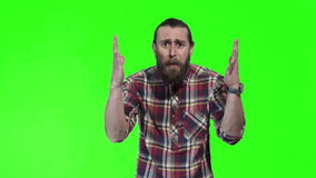 Jeune homme déconcertant dans la chemise à carreaux banque de vidéos