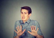 Jeune homme dégoûté de portrait Émotion négative Photos libres de droits
