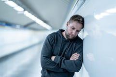 Jeune homme déprimé semblant détruit douleur gaspillée et triste f image stock