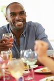 Jeune homme détendant au dîner Photo libre de droits