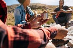 Jeune homme détendant avec des amis pendant une hausse Images libres de droits