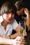 Jeune homme détendant dans un bar. Images libres de droits