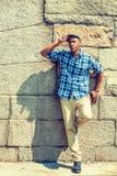 Jeune homme détendant dehors Images libres de droits