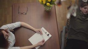 Jeune homme détendu se trouvant sur un berceau dans le bureau d'un psychologue, lui disant au sujet de ses problèmes, gesticulant banque de vidéos