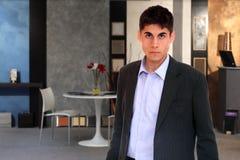 Jeune homme d'affaires à l'immeuble de bureaux image libre de droits