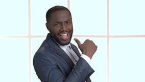 Jeune homme d'affaires à la peau foncée sexy clips vidéos